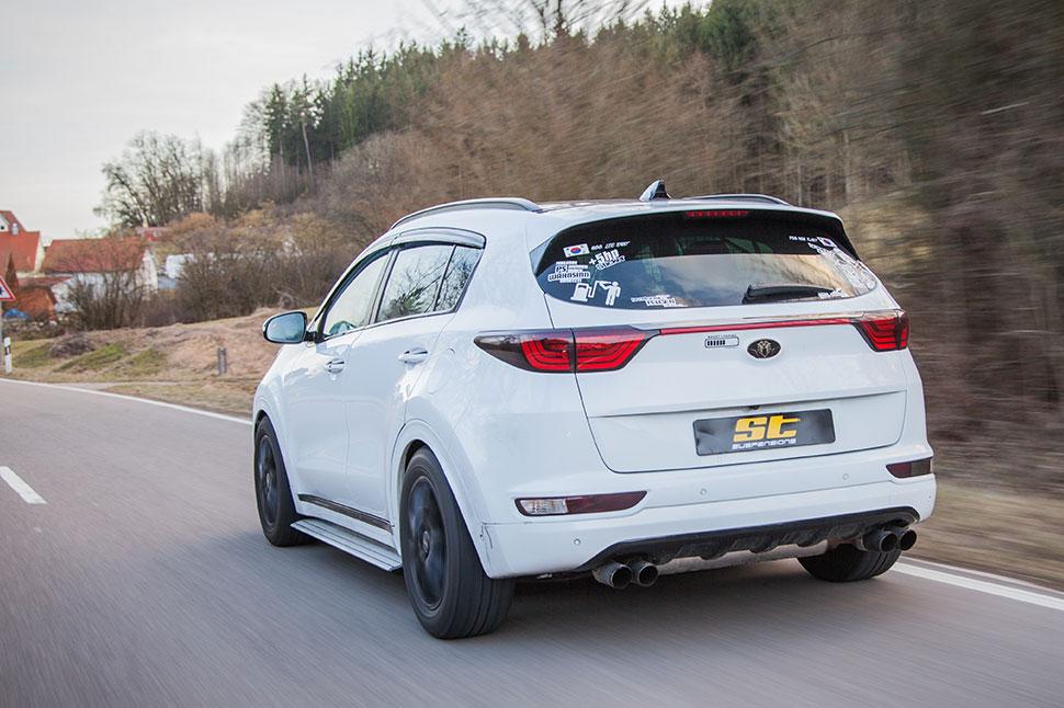 Das auffällige SUV fährt mit dem ST XA Gewindefahrwerk och dynamischer durch Kurven und die für viele SUV typischen Nick- und Rollbewegungen des Karosserieaufbaus sind deutlich reduziert.